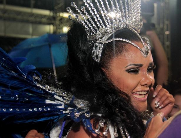 5.fev.2016 - Rainha de bateria, a angolana Carmem Mouro se emociona na concentração da Pérola Negra