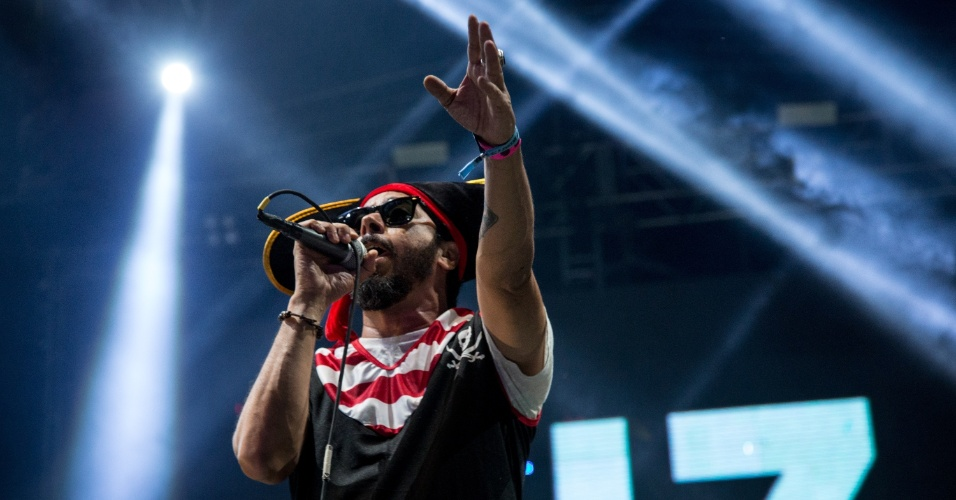 8.fev.2016 - A banda Nação Zumbi se apresenta no palco do Marco Zero, no Recife. Integrantes subiram ao palco fantasiados