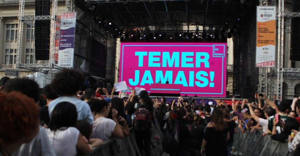 """22.mai.2016 - Projeção com a frase """"Temer jamais"""" encerra o show do rapper Criolo no palco Júlio Prestes, no centro de São Paulo, durante a Virada Cultural 2016"""