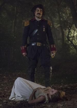 """Tolentino (Ricardo Pereira) mata Gironda (Hanna Romanazzi) em """"Liberdade, Liberdade"""" - Reprodução/GShow"""
