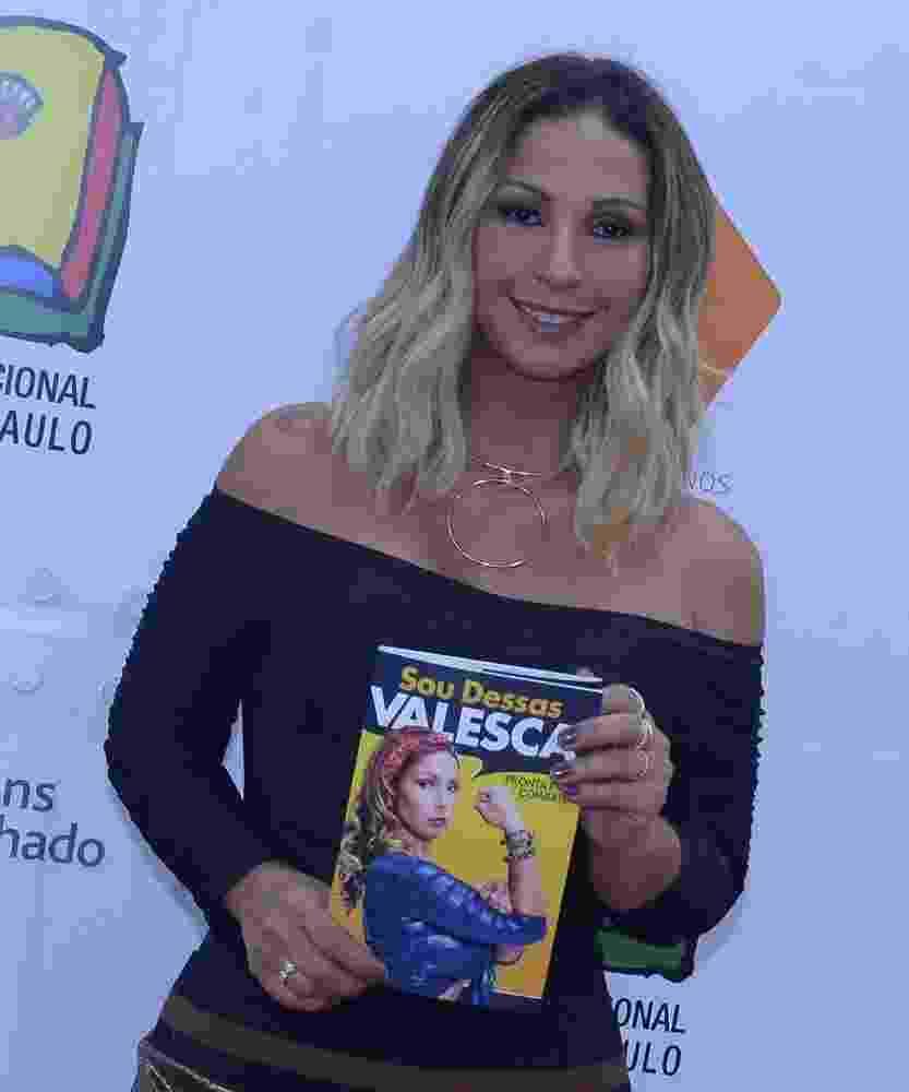 """26.ago.2016 - A cantora Valesca Popozuda lança livro """"Sou Dessas"""" na Bienal do Livro em São Paulo. Encontro vai até o dia 4 de setembro na zona norte da capital - AgNews"""