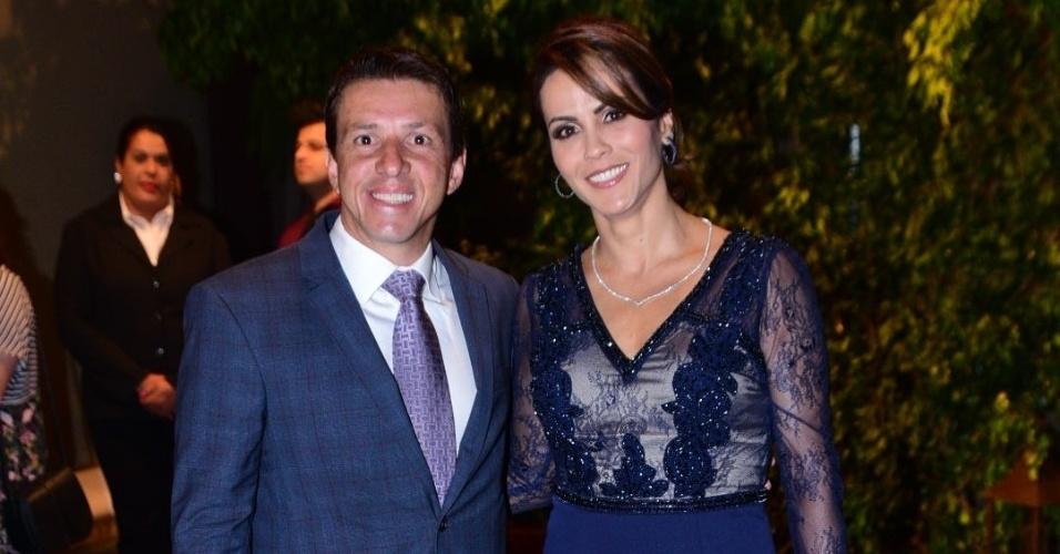 21.nov.2016 - O ex-jogador Juninho Paulista chega acompanhado da mulher, Juliana Giroldo, à cerimônia do sétimo casamento de Fábio Jr. em São Paulo