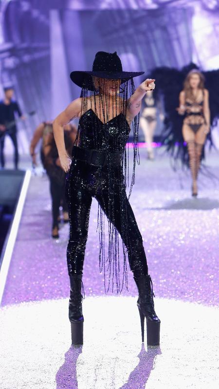 "Lady Gaga usa chapéu luxuosos no Victoria""s Secret Fashion Show - Getty Images"