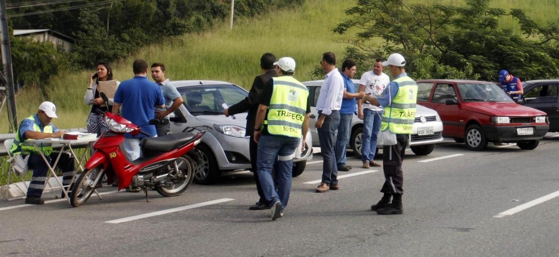 Parece óbvio, mas jamais viaje sem estar dentro das leis de trânsito - Divulgação/Detran SP