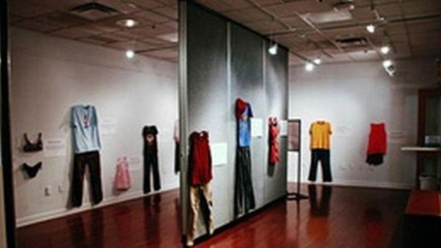 A mostra traz trajes que mulheres e meninas estavam usando no dia em que sofreram a violência sexual - Divulgação/CAW East Brabant