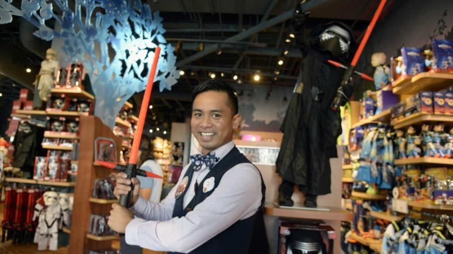 """Gerente de uma loja da Disney em Santa Monica (EUA) segura um sabre de luz baseado na saga """"Star Wars"""" - EFE/EPA/MIKE NELSON"""