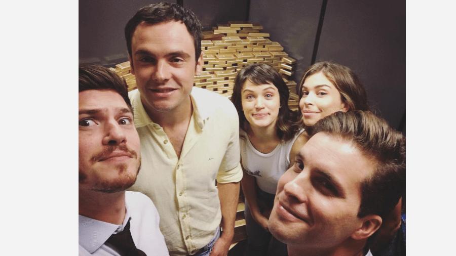 Thiago Fragoso publicou uma foto dos bastidores de uma cena com Bianca Bin, Grazi, Guizé e Paduan - Reprdoção/Instagram