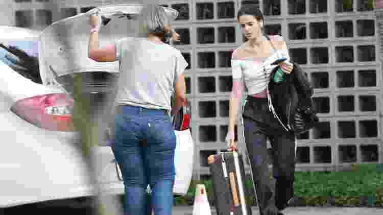 Com look despojado, Bruna Marquezine desembarca no Santos Dumont, no Rio - Ag.News - Ag.News
