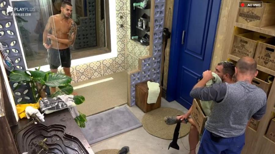 """Evandro Santo acompanha o banho de Caique Aguiar em """"A Fazenda 10"""" - Reprodução/PlayPlus"""