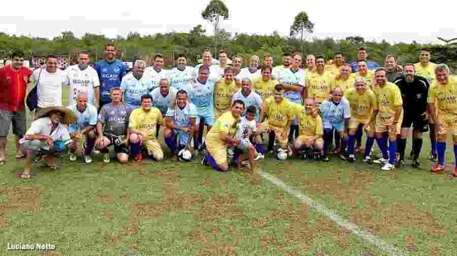 A clássica foto dos times para o jogo beneficente de Odinei Ribeiro em Itanhaém - Arquivo pessoal
