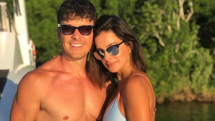 Rodrigo Faro curte o verão e posta foto de sunga ao lado da mulher - Reprodução