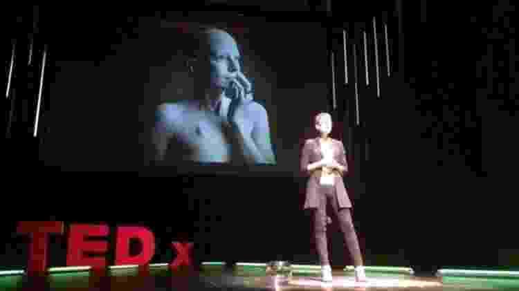 O'Riordan, fotografada aqui dando uma palestra em Stuttgart, na Alemanha, sobre atendimento a pacientes - Liz O'Riordan - Liz O'Riordan
