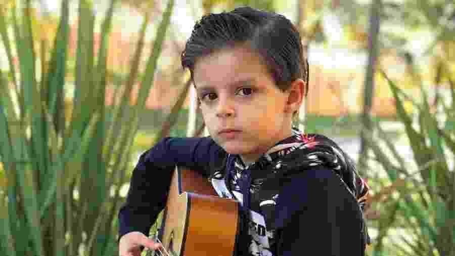 Bernardo, filho caçula de Cristiano Araújo, aparece tocando violão em foto postada pela mãe - Reprodução/Instagram