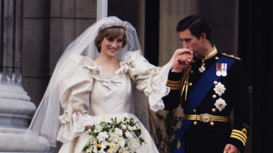 A princesa Diana e o príncipe Charles no balcão do palácio de Buckingham logo após a cerimônia de seu casamento - Terry Fincher/Princess Diana Archive/Getty Images