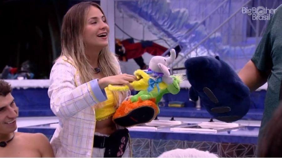 Participantes Gabi e Babu brincam com pantufas de pelúcia  - Reprodução/Globoplay