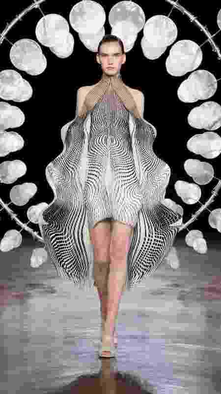 Desfile da coleção outono/inverno de Iris Van Herpen na Semana de Moda de Paris 2020 - Getty Images - Getty Images