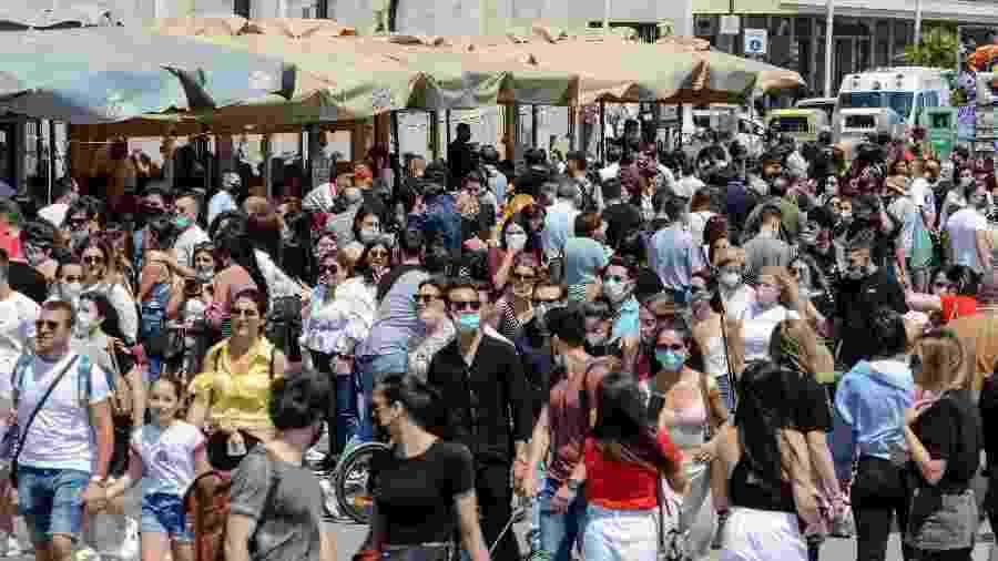 Multidão vai às ruas em Nápoles, na Itália, após a reabertura - Getty Images