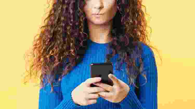 Mulher olha celular, fala de influencer viraliza, rede social - golubovy/Getty Images/iStockphoto - golubovy/Getty Images/iStockphoto