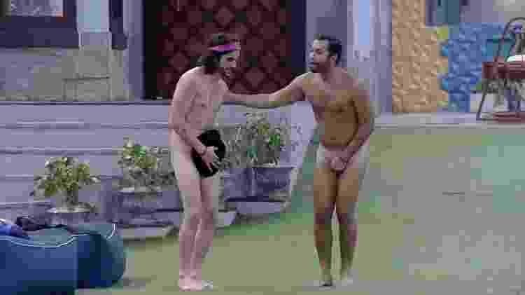 BBB 21: Fiuk e Gilberto pulam pelados na piscina - Reprodução/Globopay - Reprodução/Globopay