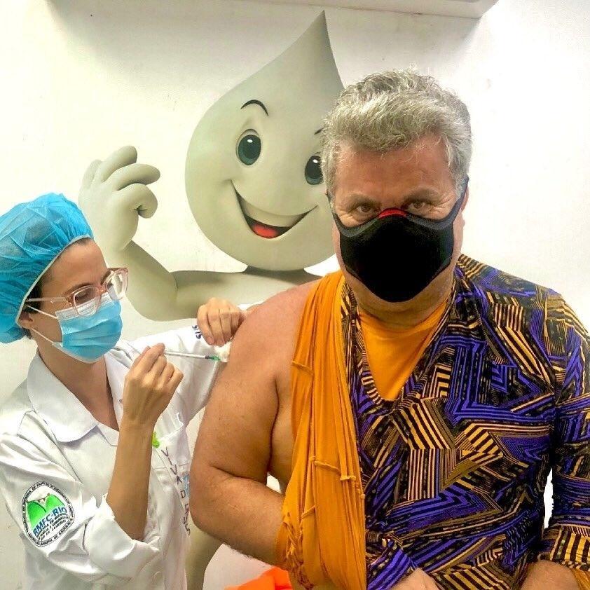 Milton Cunha recebendo vacina - Reprodução/Twitter