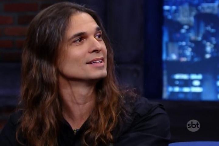 """10.jul.2015 - Kiko Loureiro, guitarrista do Angra, fala sobre sua nova fase do Megadeth no """"The Noite"""" desta sexta-feira"""