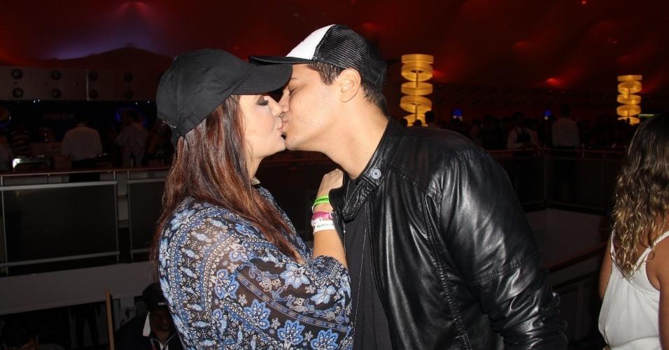 27.set.2015 - Josie Pessoa troca beijos com o namorado, Alexandre Gantois, no último dia do Rock in Rio 2015