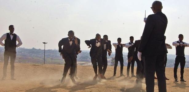 Jovens da cidade de Tembisa, na África do Sul, dançam pantsula - Reprodução/IDA