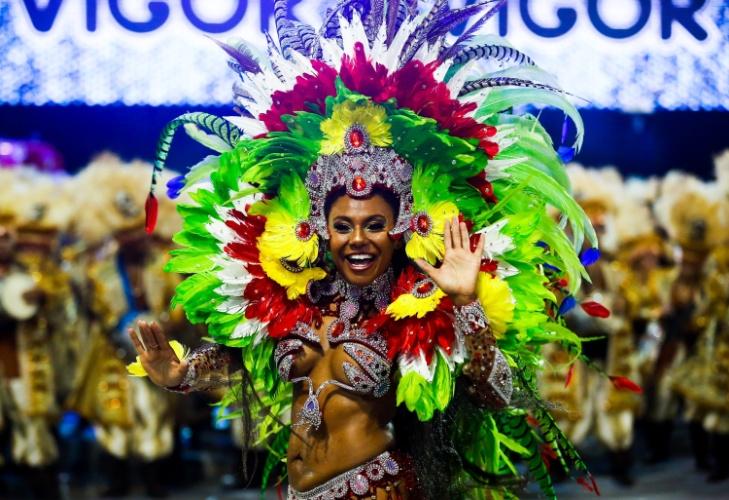 6.fev.2016 - Musa da escola de samba Unidos de Vila Maria, segunda escola a entrar no Anhembi na madrugada deste sábado