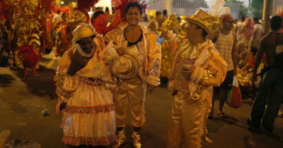 7.fev.2016 - Integrantes relaxam após deixarem a avenida na Sapucaí, na 1ª noite do Carnaval carioca