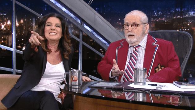 22.abr.2016 - Em seu programa desta sexta-feira, Jô reclama que sua entrevistada, a comentarista de economia Mara Luquet, não olha para ele - Reprodução /TV Globo