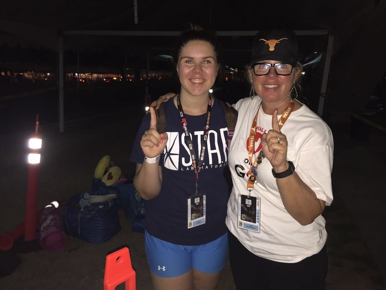 21.jul.2016 - Joell Sullivan-McNew e Savannah Sullivan, de Austin, no Texas, dormem nos arredores do Centro de Convenções de San Diego à espera dos painéis de