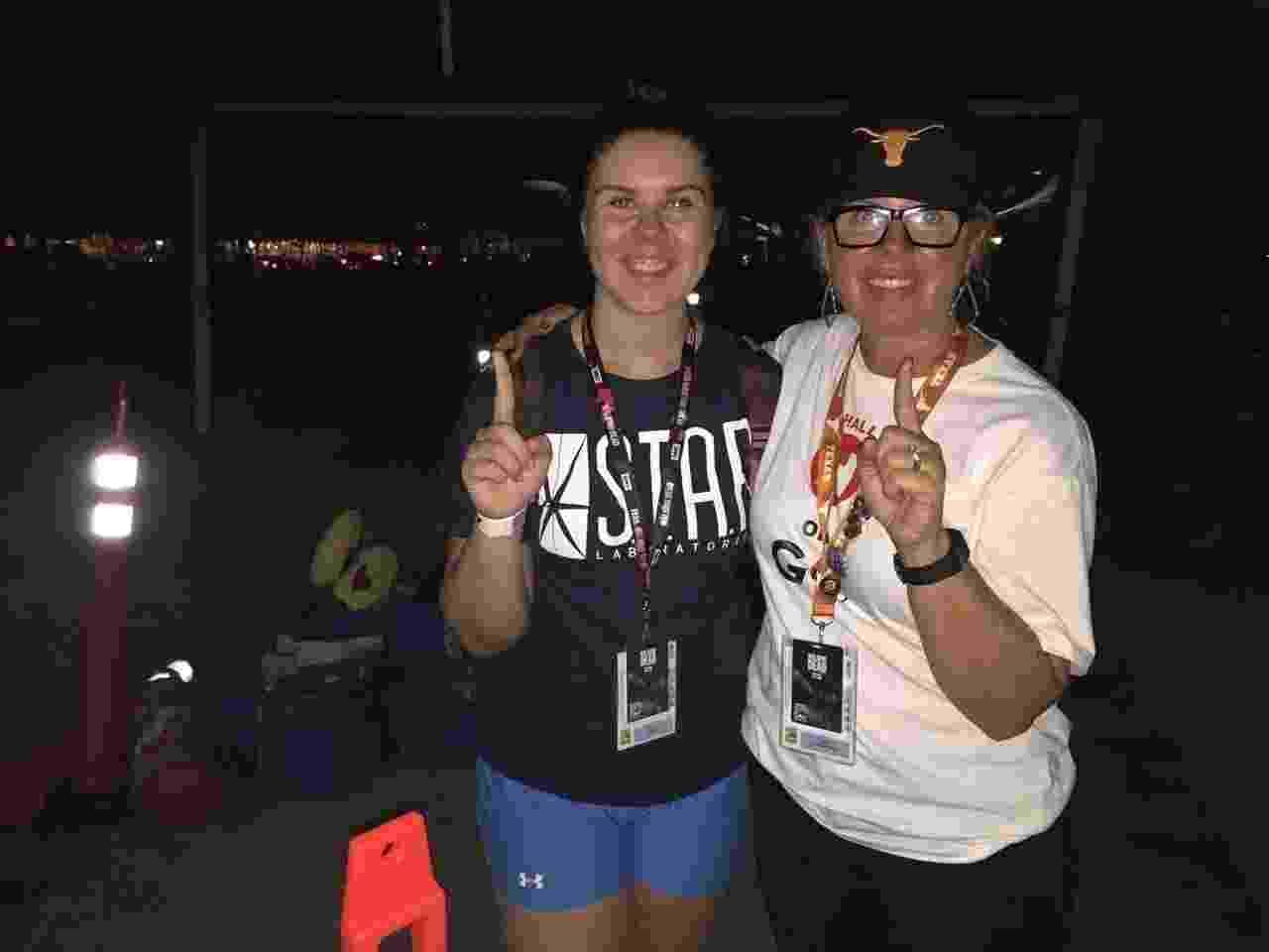 """21.jul.2016 - Joell Sullivan-McNew e Savannah Sullivan, de Austin, no Texas, dormem nos arredores do Centro de Convenções de San Diego à espera dos painéis de """"Walking Dead"""" e """"Game of Thrones"""" na Comic-Con - Felipe Branco Cruz/UOL"""