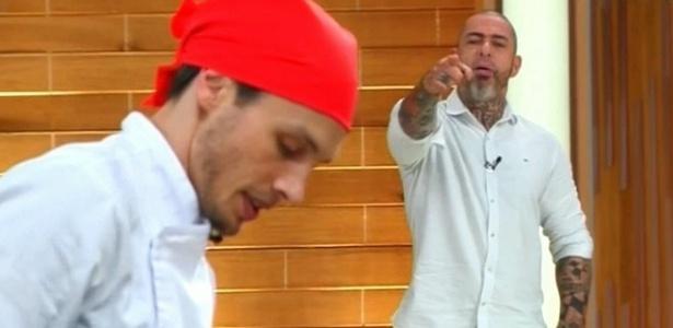 """Fábio Nunes leva bronca do chef Henrique Fogaça no """"MasterChef"""" - Reprodução/Band"""