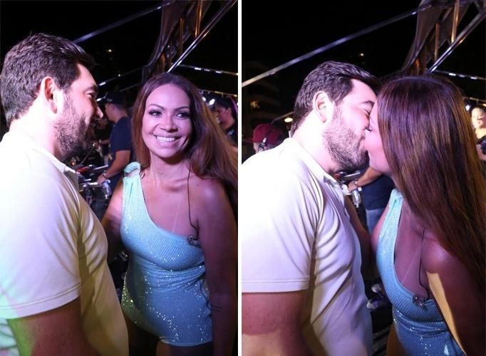 A cantora Solange Almeida beija o namorado, o empresário Leandro Andriani, com quem assumiu o relacionamento no final de 2016. Ela foi casada com Wagner Miau por menos de três anos, e ambos se separaram em 2015