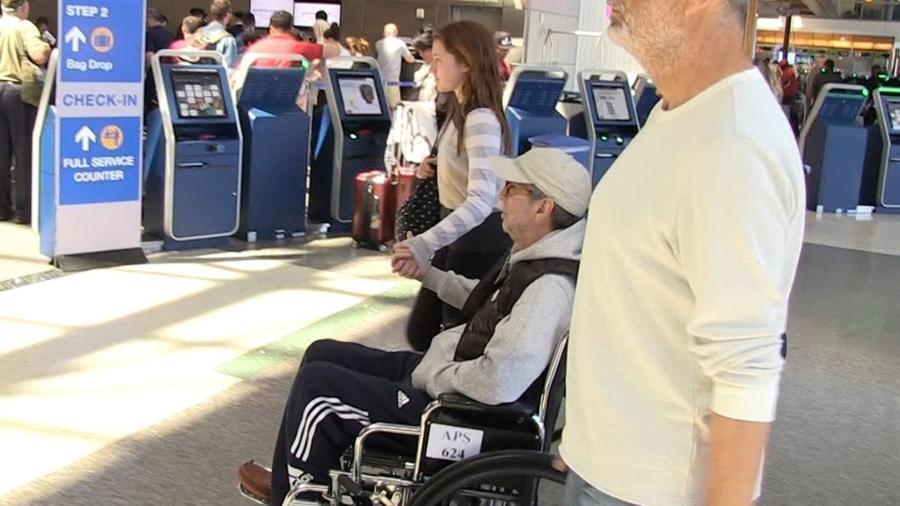 Eric Clapton é visto de cadeira de rodas no Aeroporto de Los Angeles  - Reprodução/TMZ