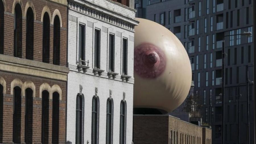 Seio inflável gigante faz parte de campanha pró-amamentação - Reprodução