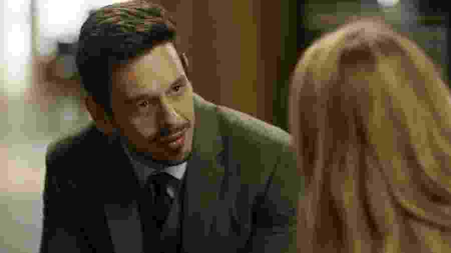 """Lázaro (João Vicente de Castro) conversa com Diana (Alinne Moraes) sobre o roubo de """"Sonha Comigo"""" em """"Rock Story"""" - Reprodução/GShow"""
