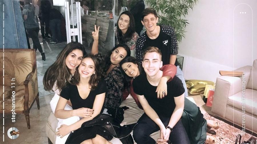 Bruna Marquezine com a aniversariante Stéphannie Oliveira e um grupo de amigos - Reprodução/Instagram