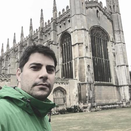"Evaristo Costa posa na King""s College Cathedral, em Cambridge - Reprodução/Instagram"