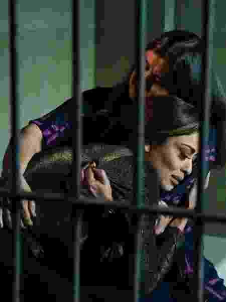 Aurora visita Bibi na prisão e a acolhe em seu colo - Cesar Alves/Globo/Divulgação - Cesar Alves/Globo/Divulgação