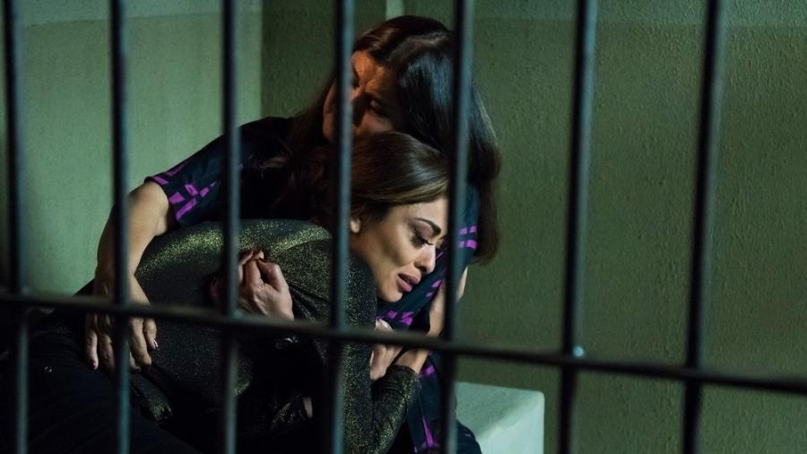 Aurora visita Bibi na prisão e a acolhe em seu colo - Cesar Alves/Globo/Divulgação