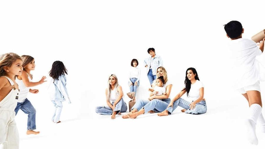 Parte do clã Kardashian em sua foto de Natal - Divulgação