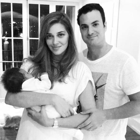Ana Beatriz Barros e Karim El Chiaty com seu primeiro filho - Reprodução/Instagram