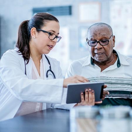 Paciente deve procurar manter o isolamento social, mas sem descuidar dos cuidados com a saúde - Getty Images