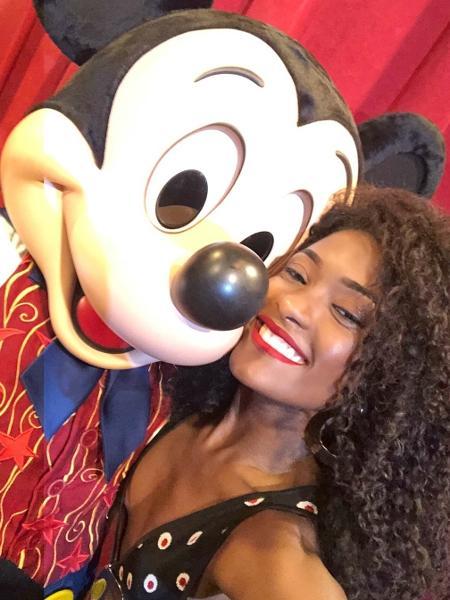 Atriz posa ao lado do Mickey Mouse, em Orlando - Reprodução/Instagram/erikajanuza
