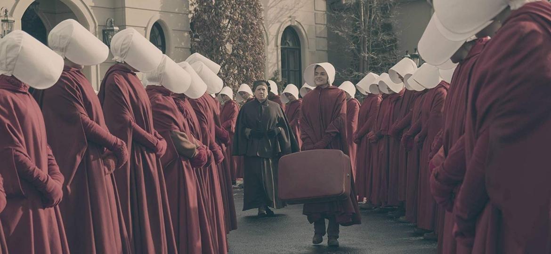 "Madeline Brewer (centro) em cena de ""The Handmaid""s Tale"" - George Kraychyk/Hulu"