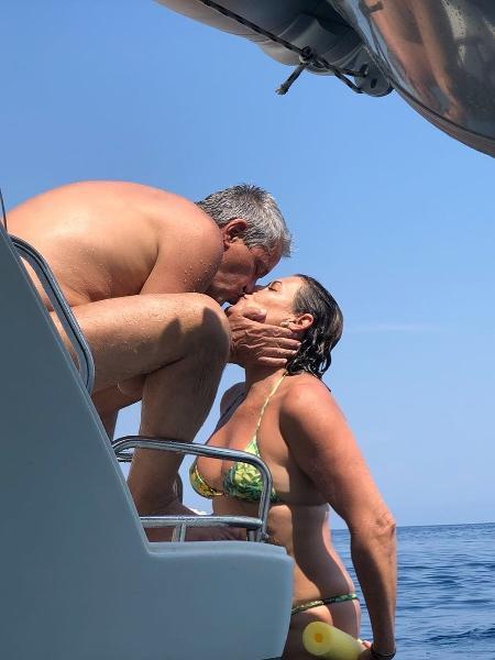 Mauro Naves beija a mulher, Patrícia, durante viagem de férias na Croácia - Reprodução/Instagram/pattinaves