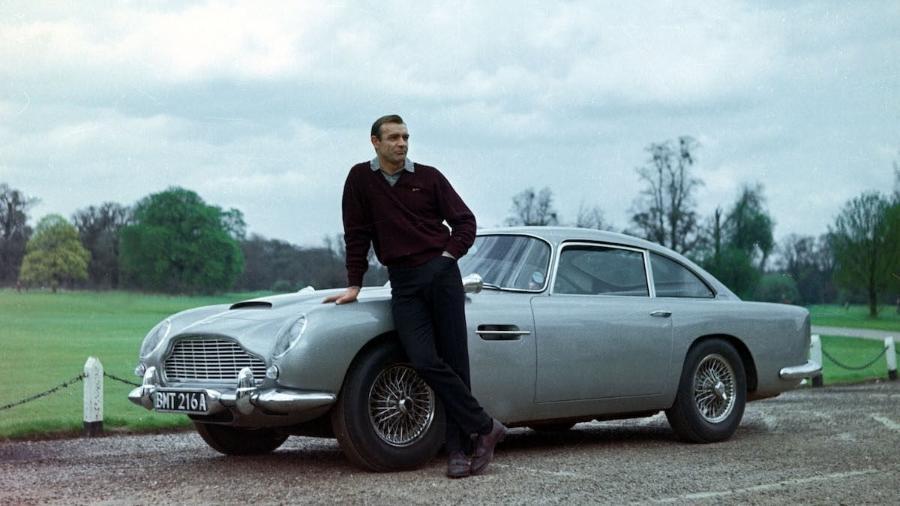 """Sean Connery em cena de """"007 contra Goldifnger"""", ao lado de seu famoso Aston Martin - Divulgação"""