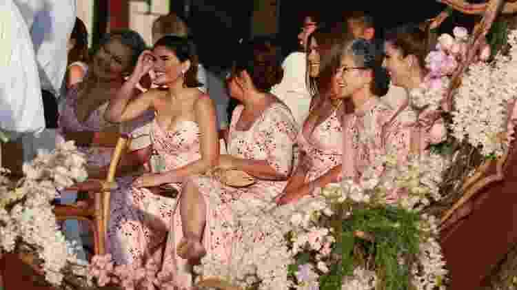 Floridas: Saiba por que madrinhas de Camila Queiroz usaram mesma estampa