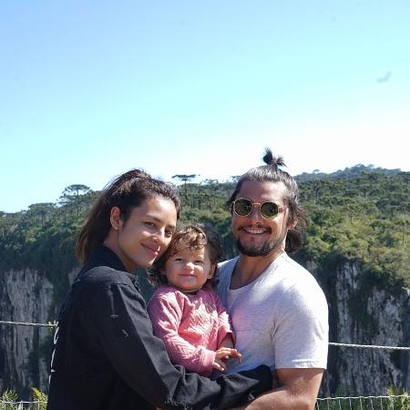 Yanna Lavigne ao lado da filha, Madalena, e do marido, Bruno Gissoni - Reprodução/Instagram/yannalavigne